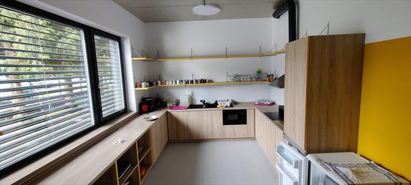 Kuchyňka v přízemí, přístupná z jídelny. Vybavení: lednice, mikrovlnná trouba, varná deska.